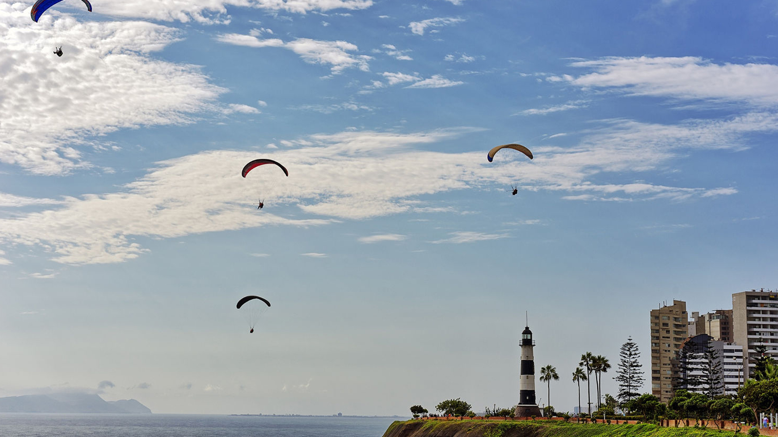 Paragliding along the Costa Verde in Miraflores - Inca World Peru